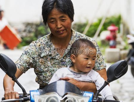 donna e ragazzo cinesi che guidano