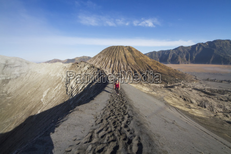 persone sul bordo del cratere di