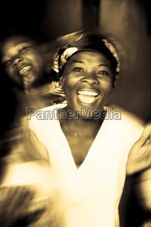 donna movimento in movimento risata sorrisi