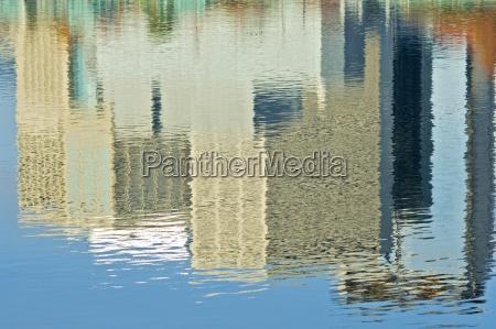 willamette riverportlandoregonstati uniti riflessione degli edifici