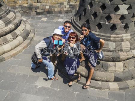 persone in mezzo alle stupas di