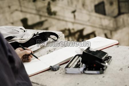 uomo, che, fa, schizzo, all'aperto;, roma, italia - 25409408
