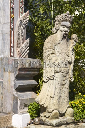statue outside amarindra winitchai hall at