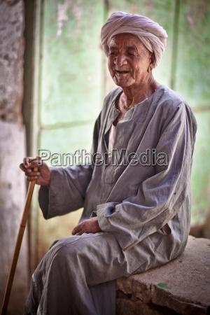un uomo anziano che indossa un