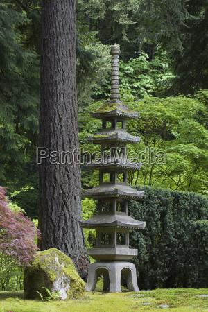 lanterna di pietra con alberi e