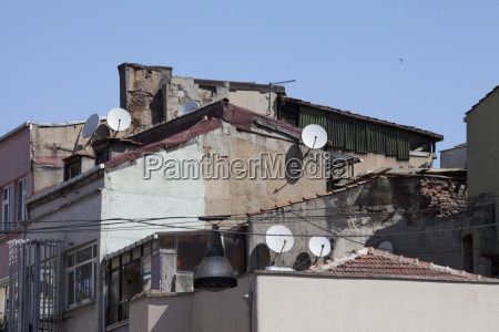 edifici degradati con piatti satellitari istambul