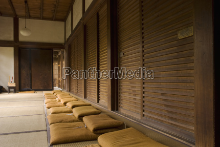 fila di cuscinetti di meditazione zen