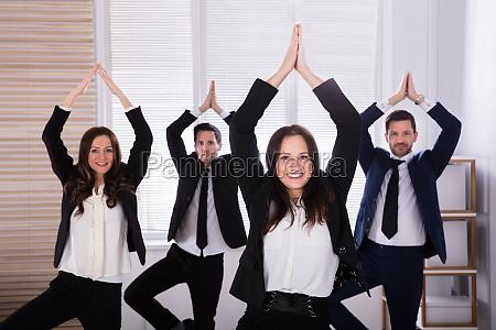 gli uomini daffari che fanno yoga