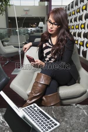 donna telefono bicchiere tastiera cellulare bello
