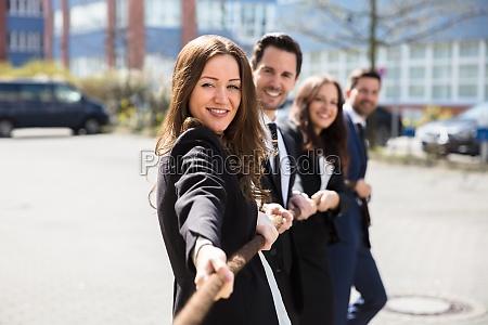 persone di affari che giocano conflitto