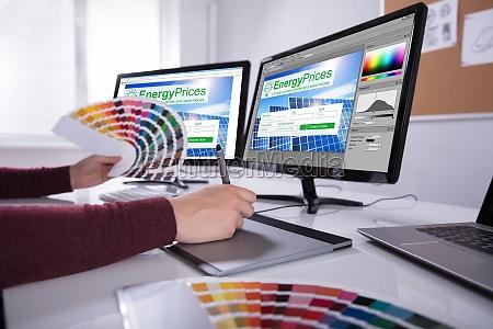 progettista che lavora su piu schermi