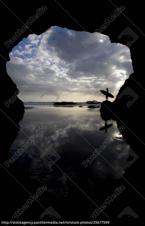 siluetta, del, surfista, sulla, spiaggia, attraverso - 25677599
