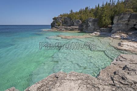 acque colorate su una baia isolata