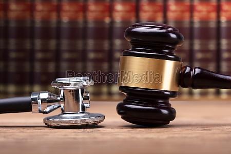 legge stetoscopio avvocato giudice giudicare aula
