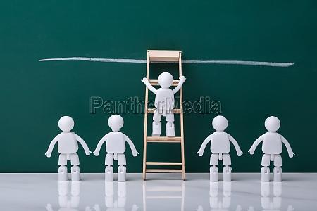 figura umana bianca arrampicata scala di