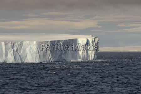 enorme iceberg tabulare galleggiante nello stretto