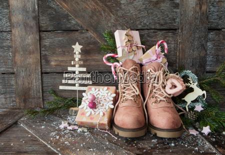stivali rustici con regali di natale