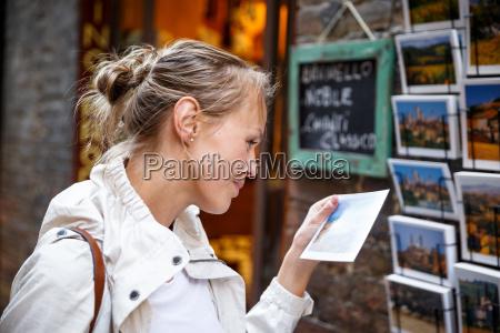 donna conversazione telefono persone popolare uomo
