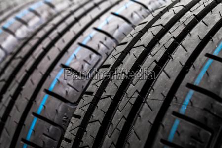 pila di nuovi pneumatici di automobile