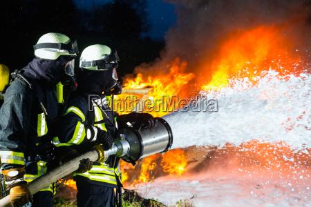 pompiere pompieri che spengono una grande