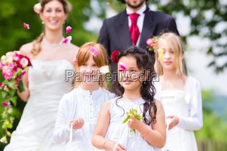 coppia di nozze e damigella donore