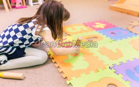 carino ragazza pre scuola giocare con
