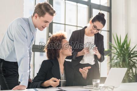 giovane impiegato femminile che chiede consiglio