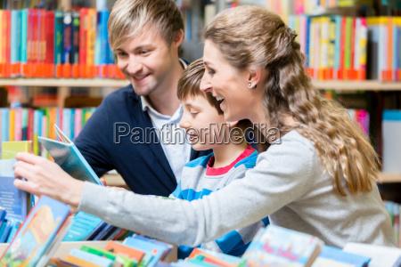 famiglia che legge un libro in