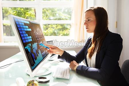 cruscotto persona guardare osservare informazioni dati