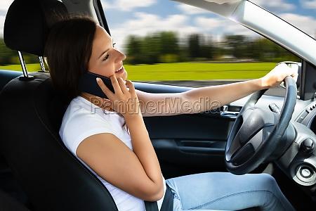 donna che parla al cellulare durante