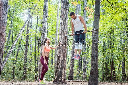 uomo forte e donna atletica facendo