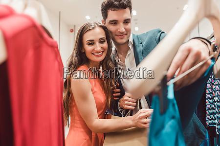 coppia desiderio di nuovi vestiti in