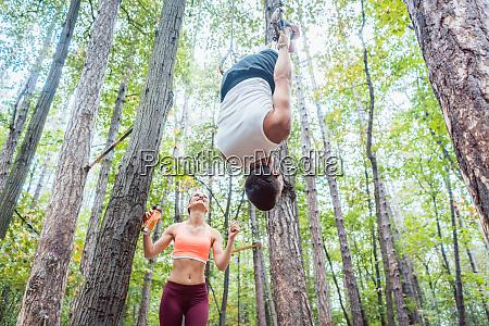 uomo e donna che fanno fitness
