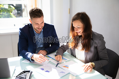 due persone di affari che analizzano
