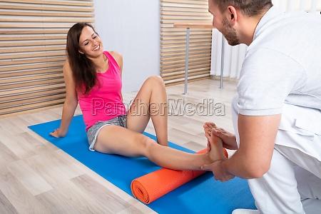 donna piedi lesione ferita riabilitazione massaggio