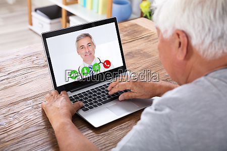 video conferenza delluomo con il medico