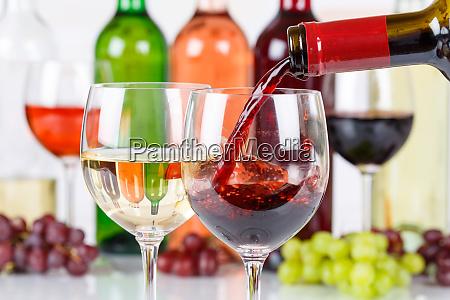 vino versando bottiglia di vetro rosso