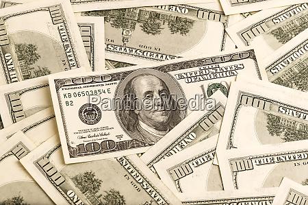uno sfondo di banconote da 100