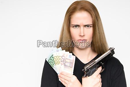 pericolosa donna bionda con il volto