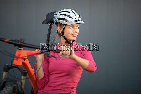 bella giovane donna in bicicletta su