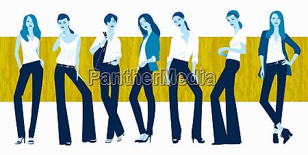 giovani donne in fila che modellano