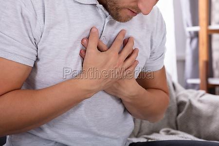 uomo affetto da dolore toracico
