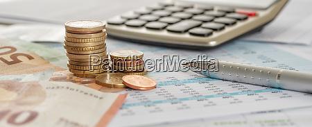 banconote e monete in euro su