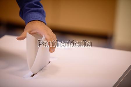 persona che vota vota una scheda