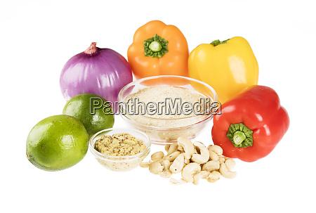 lievito nutrizionale e verdure isolate