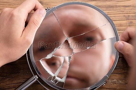 volto delluomo nello specchio rotto