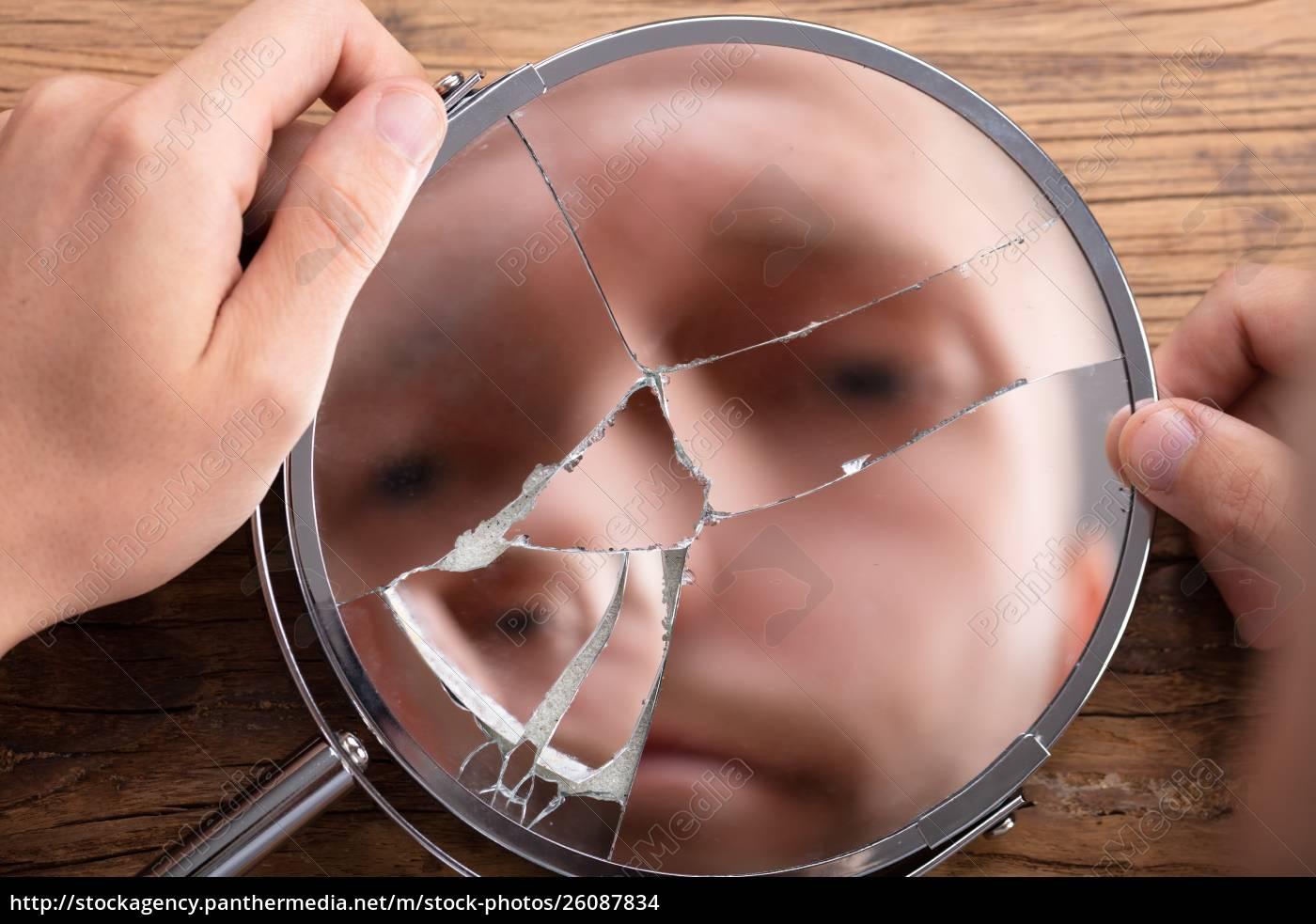 volto, dell'uomo, nello, specchio, rotto - 26087834