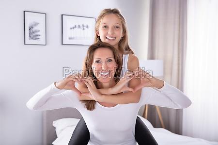 madre e figlia che danno forma