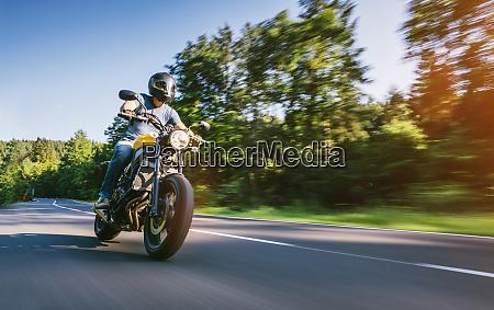 moto sulla strada di guida divertirsi