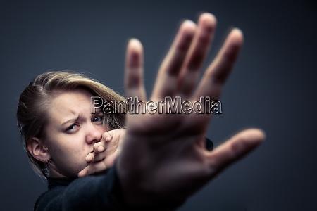 giovane donna che e una vittima